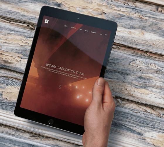 Mockup iPad na mão