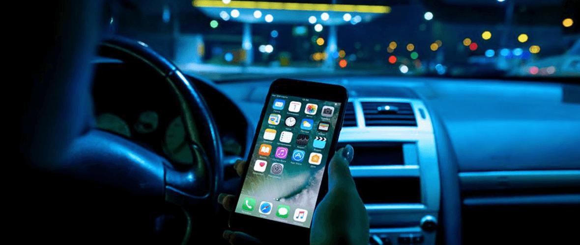 Resultado de imagem para celular na mão no carro